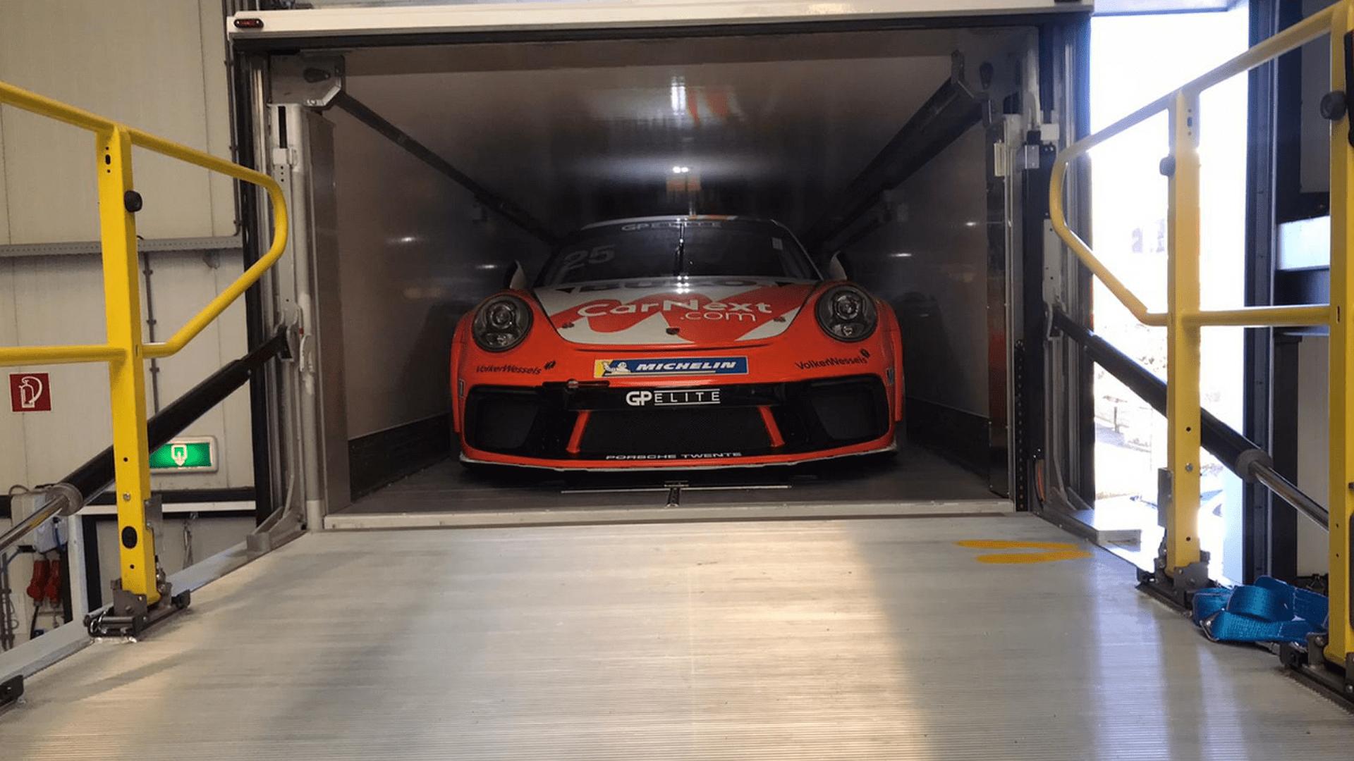 I veicoli Van Eck Trailers permettono un comodo carico delle auto da corsa